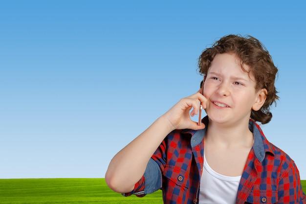 Tienerjongen op mobiele of mobiele telefoon