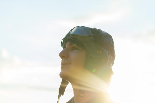 Tienerjongen retro piloot in vintage helm en googles close-up portret