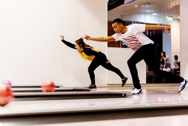 Tienerjongens die samen bowlen
