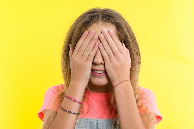 Tienermeisje bedekte haar gezicht
