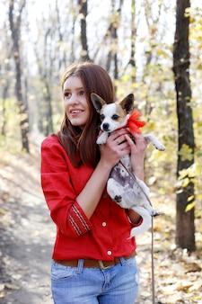 Tienermeisje blij met haar puppy-speelgoed terriërhond