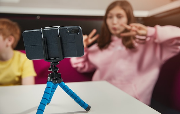 Tienermeisje dat selfie op smartphone neemt