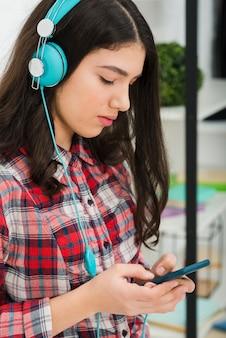 Tienermeisje die aan muziek luisteren