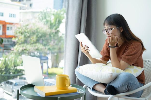 Tienermeisje die computerlaptop gebruiken om thuis online zelf te studeren. online leren, e-learning, zelfstudie en online onderwijsconcept.