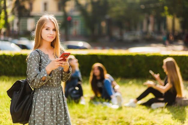 Tienermeisje die met smartphone camera bekijken