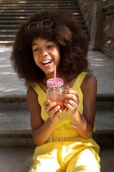Tienermeisje geniet van haar drankje