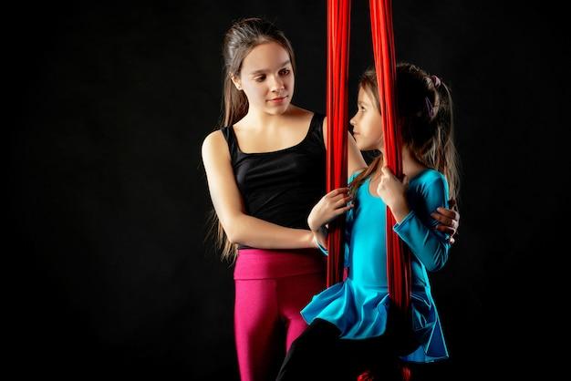 Tienermeisje helpt haar zusje
