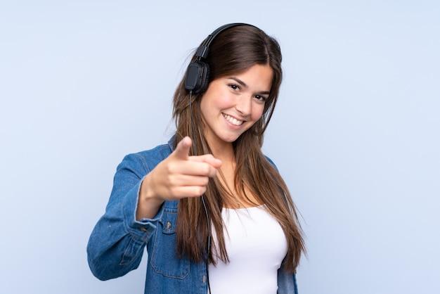 Tienermeisje het luisteren muziek