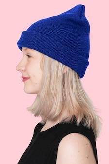 Tienermeisje in blauwe muts profiel portret voor street fashion shoot