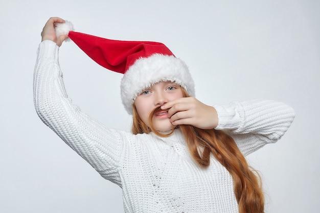Tienermeisje in een kerstmuts