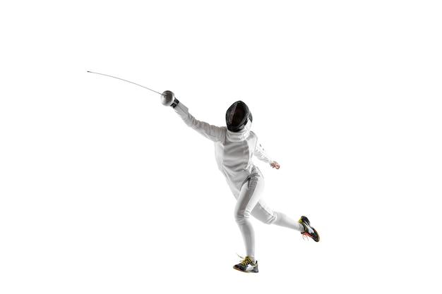 Tienermeisje in het schermen kostuum met in hand zwaard geïsoleerd op een witte achtergrond.