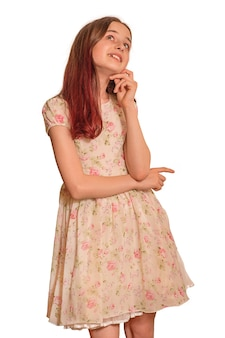Tienermeisje in jurk isoleren. een positieve emotie van verrassing. droom