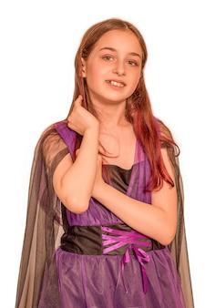 Tienermeisje in paarse jurk op een witte achtergrond. portret van een mooi meisje in studio, geïsoleerd.