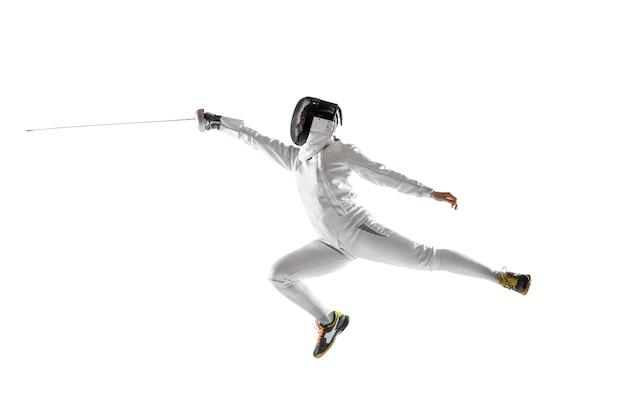 Tienermeisje in schermend kostuum met in hand zwaard dat op witte achtergrond wordt geïsoleerd