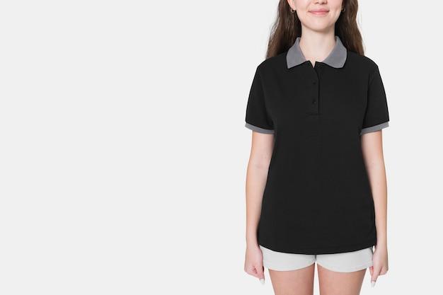 Tienermeisje in zwart polot-shirt voor sportieve jeugdmodeshoot