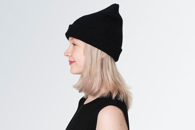 Tienermeisje in zwarte muts profiel portret voor street fashion shoot