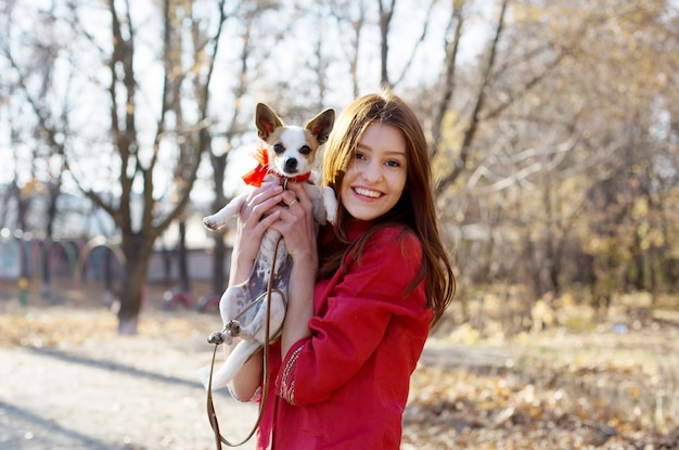 Tienermeisje laat haar cadeau zien, puppy speelgoed terriër hond p