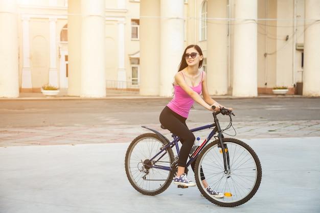 Tienermeisje met fiets in een park