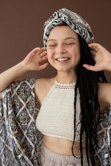 Tienermeisje met hippiekleren en dreadlocks