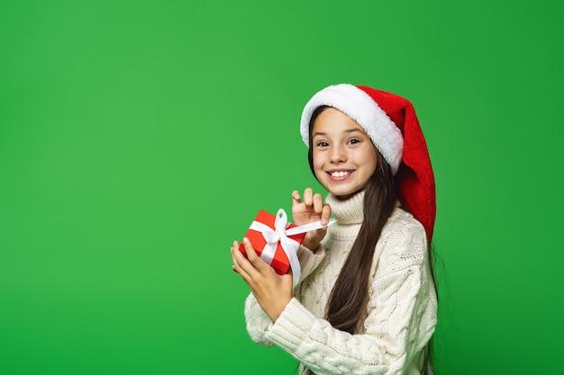 Tienermeisje met kerstmuts geschenkdoos