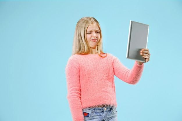 Tienermeisje met laptop. graag computer concept. aantrekkelijk vrouwelijk voorportret van halve lengte