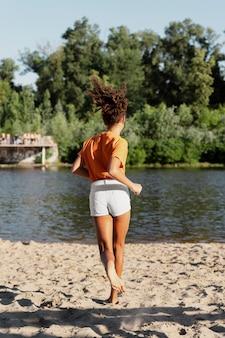 Tienermeisje met plezier in de zomer