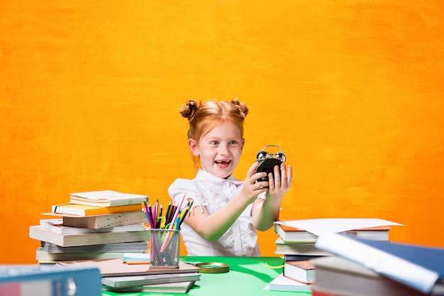 Tienermeisje met veel boeken