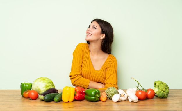 Tienermeisje met vele gelukkig en groenten die glimlachen