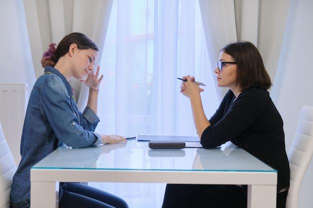 Tienermeisje praten met counselor psycholoog over haar gevoelens