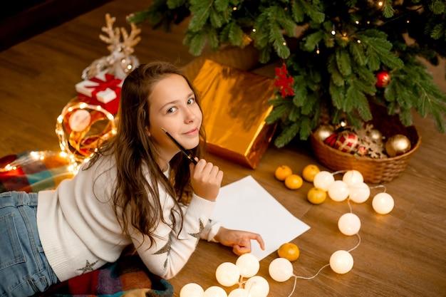 Tienermeisje schrijft brief aan de kerstman