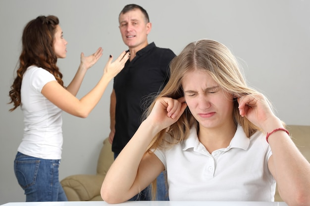 Tienermeisje was boos vanwege de conflictouders