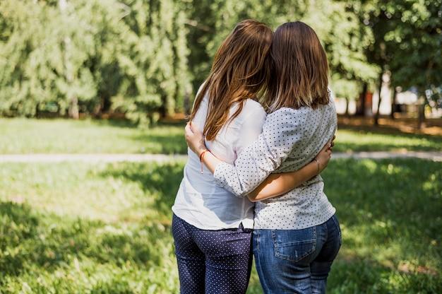 Tienermeisjes bekijken tijdens het knuffelen
