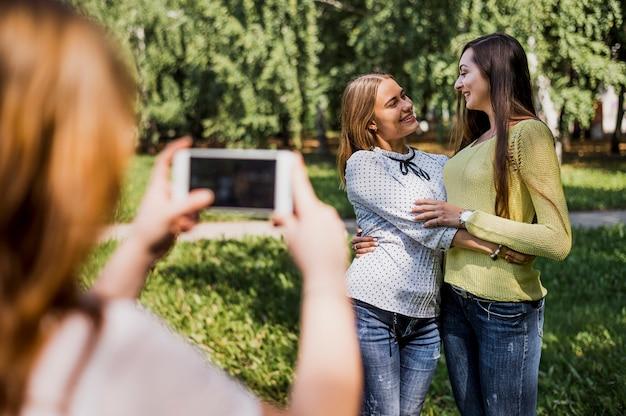 Tienermeisjes die foto van elkaar nemen