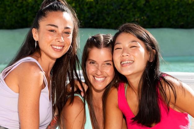 Tienermeisjes die plezier hebben in de zomer
