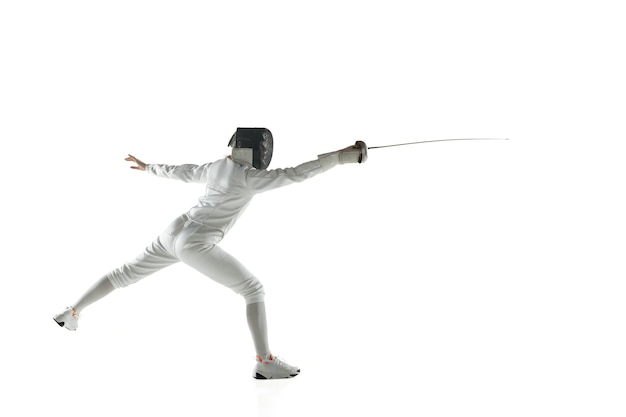Tienermeisjes in het schermen van kostuums met zwaarden in handen die op witte studiomuur worden geïsoleerd
