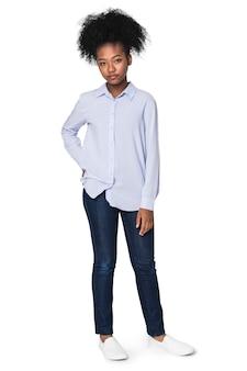 Tienermeisjes in kleuroverhemden voor basic fashion fotoshoots voor jongeren