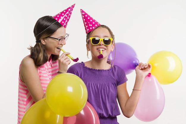 Tienermeisjes op een feestje.