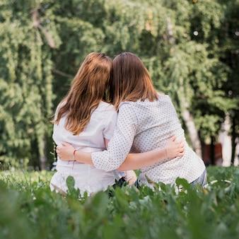 Tienermeisjes van achter knuffelen