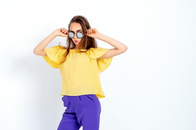Tienermodel met rommelig haar poseren in casual kleding