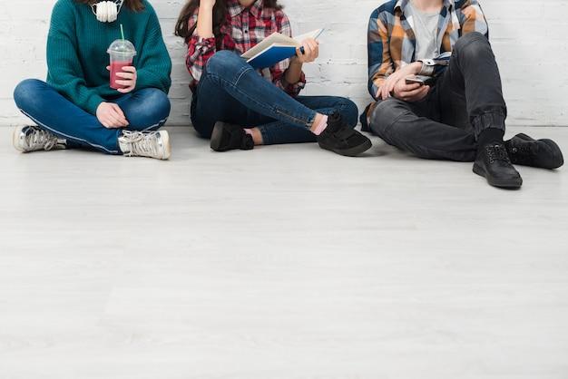 Tieners bij elkaar zitten