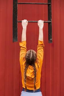 Tieners buiten trainen