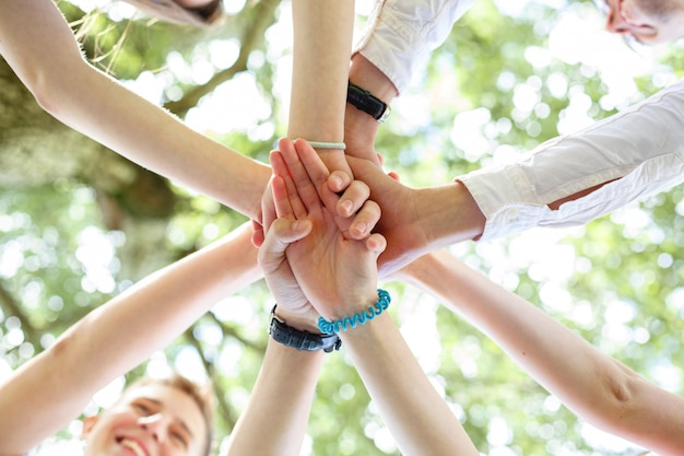 Tieners bundelden hun handen in een cirkel
