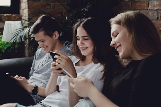 Tieners die mobiele telefoons gebruiken die mobiele telefoons gebruiken