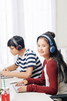 Tieners die op computers werken