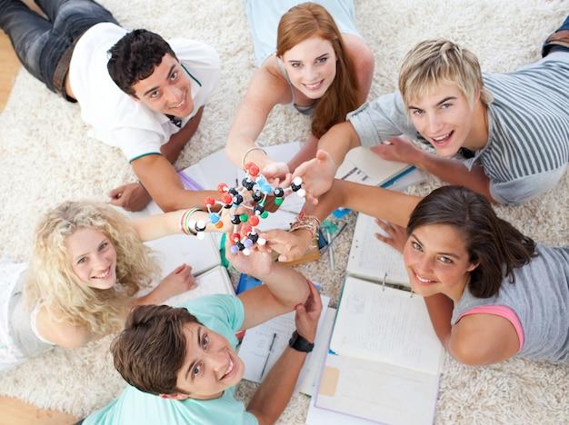 Tieners die science op de vloer bestuderen