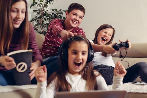 Tieners die videospelletje thuis spelen