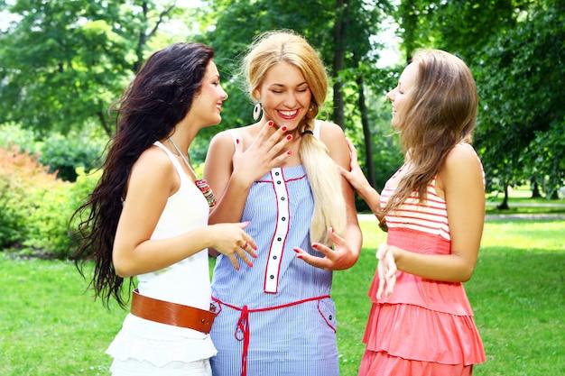 Tieners groeperen zich in het park