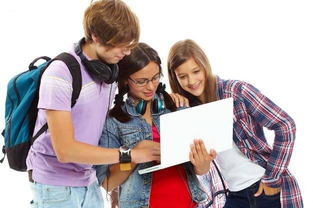 Tieners kijken naar een aantal video's