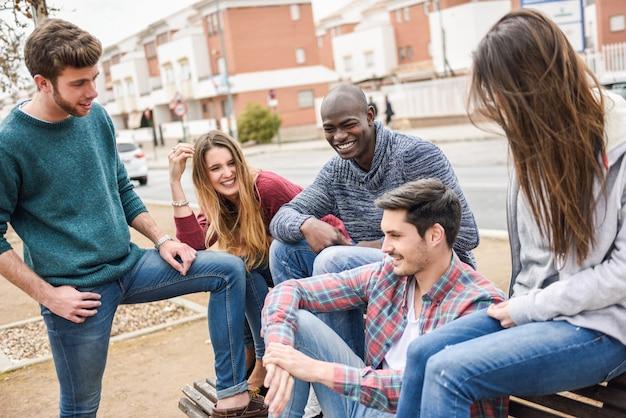 Tieners lachen en het delen van grappen