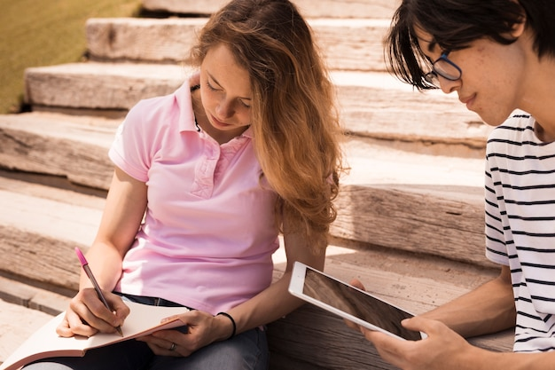 Tieners leren samen op trappen